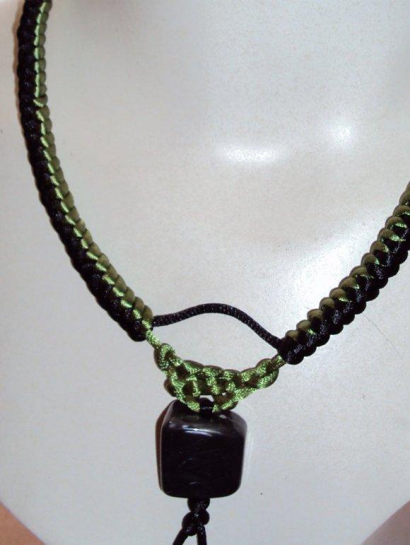 Gargantilla negra y verde