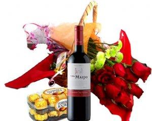 Ramo de rosas rojas con botella de vino y chocolates