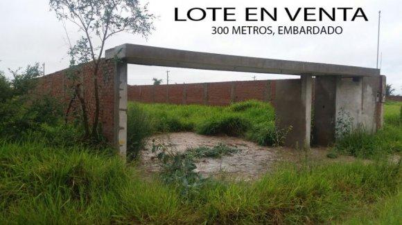 VENDO LOTE DE TERRENO: 300 M2 Embardado con instalación Sanitaria, Listo para Construir su casa. Ubicado al frente de Ciudad Satelite, a 5 cuadras detras del mercado Monumental en la Urbanización Motacu / SCZ - Bolivia
